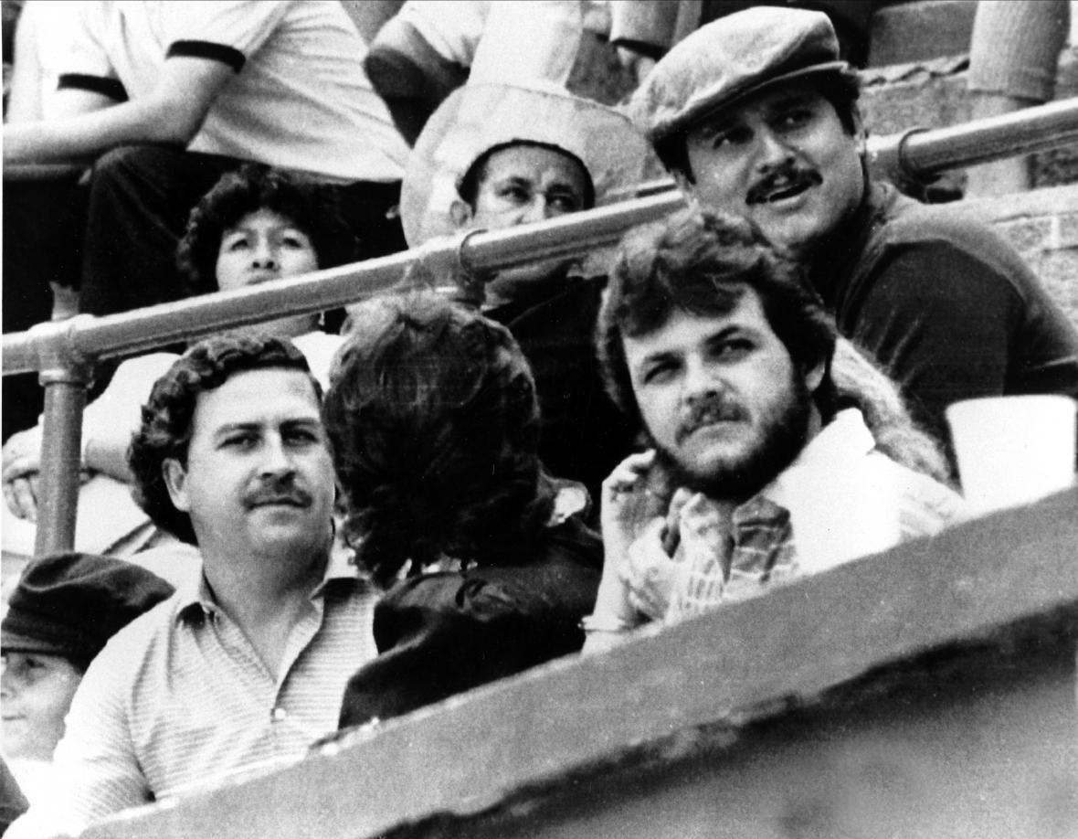 Pablo Escobar (vlevo) v aréně na býčích zápasech v Medellinu (foto z roku 1984)
