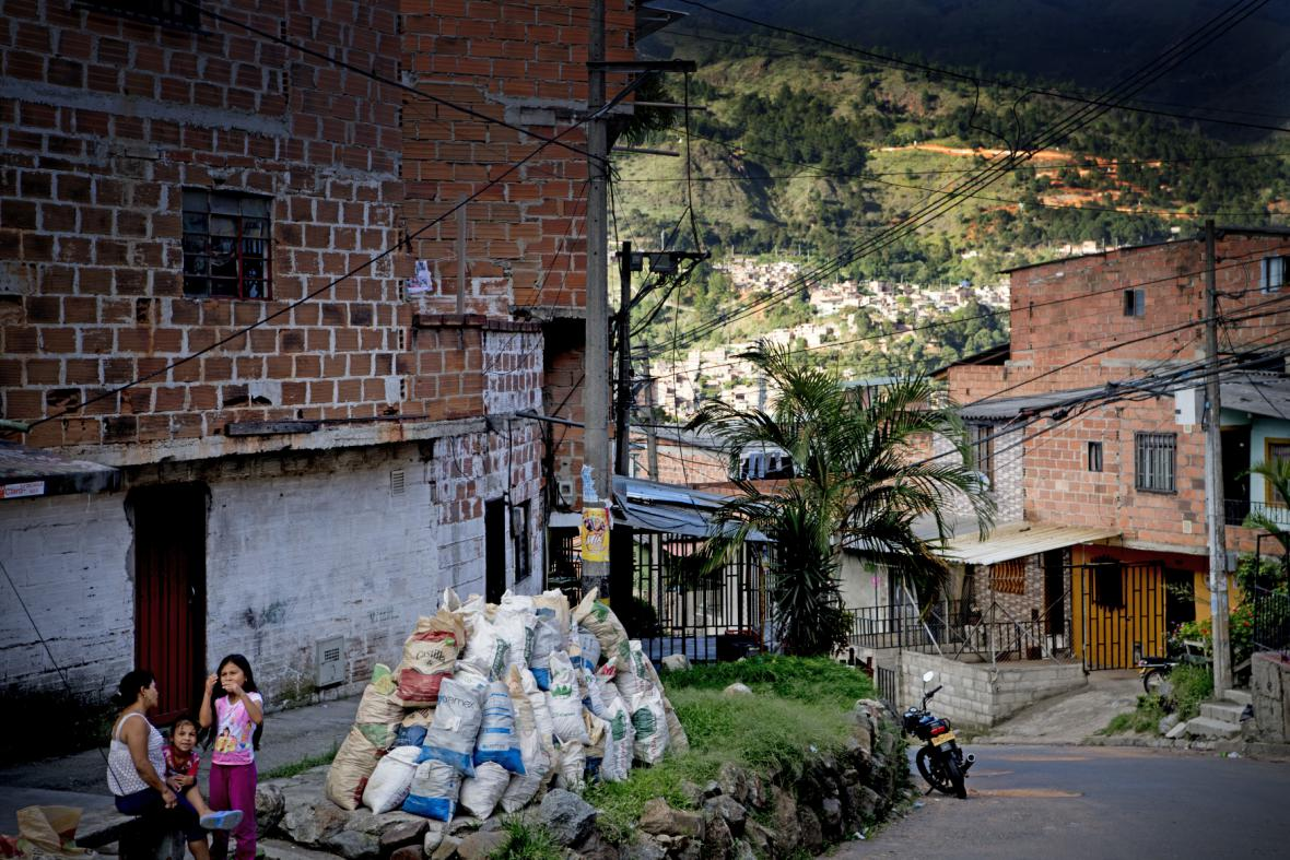 Escobar v Medellinu postavil stovky domů pro chudé