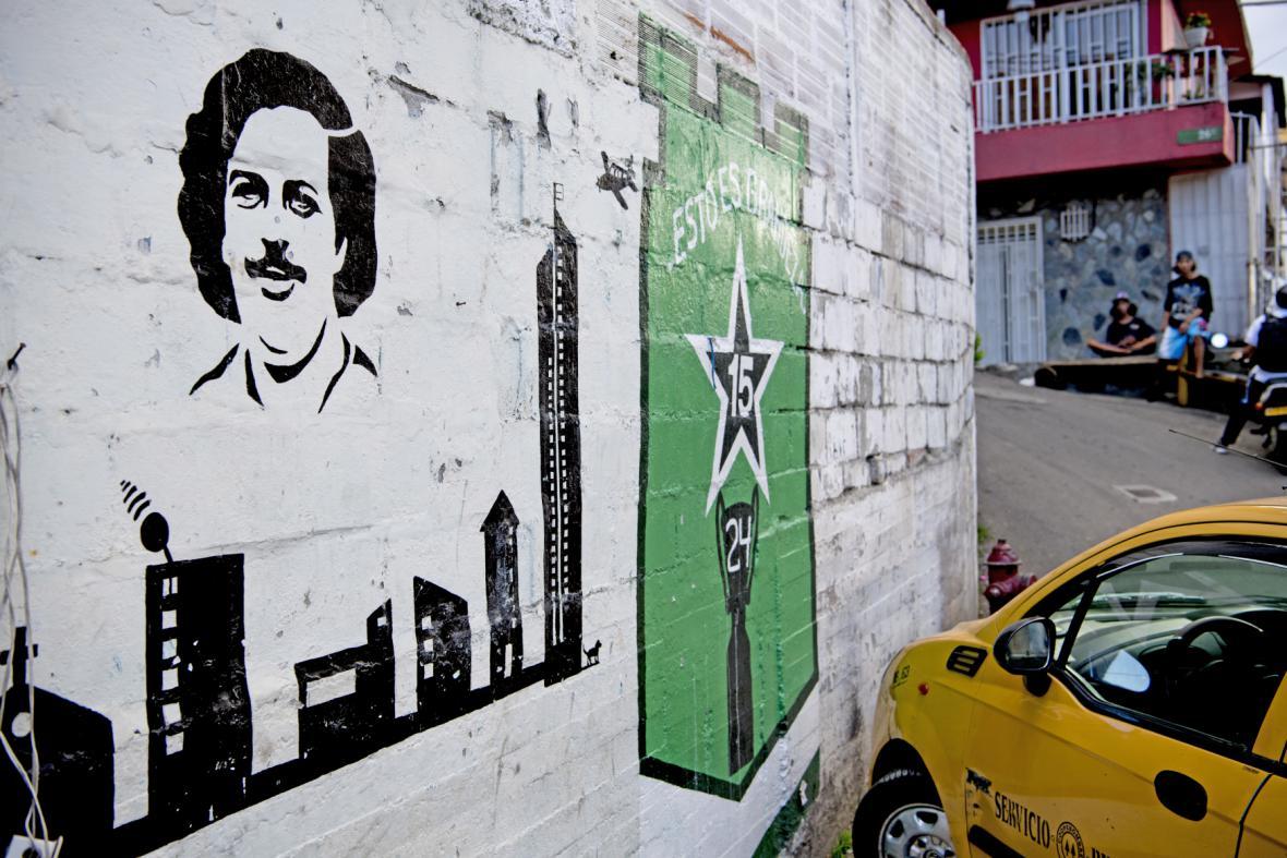 Escobar nechal opravit školy, nemocnice i kostely. V ulicích Medellinu jsou stále vidět jeho podobizny
