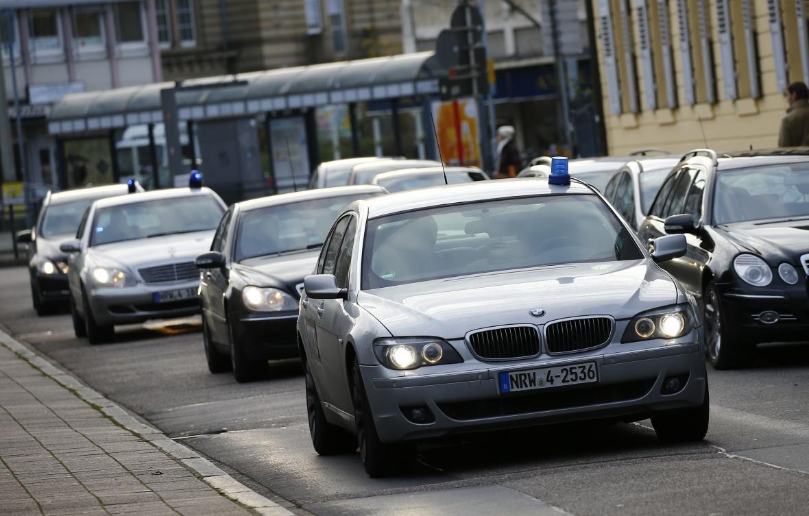 Policejní konvoj před federálním soudem v Karlsruhe