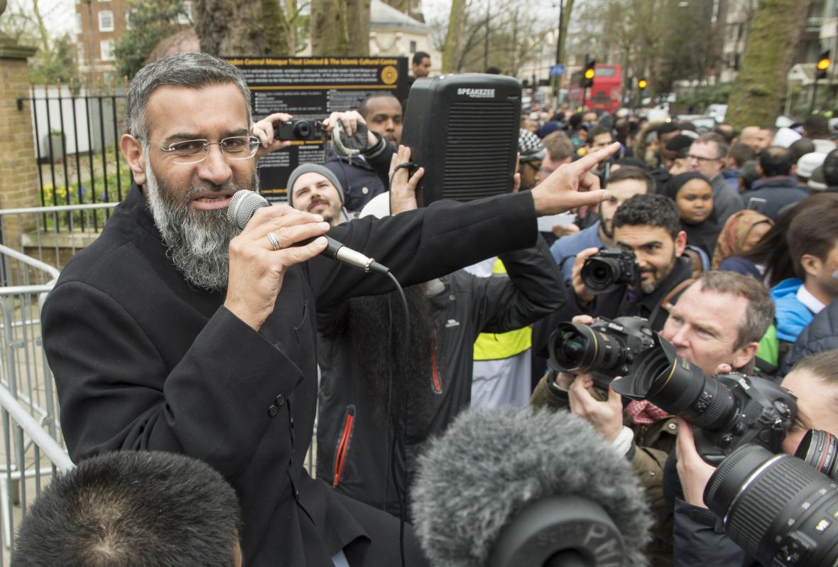 Choudary během jedné ze svých akcí před londýnskou mešitou