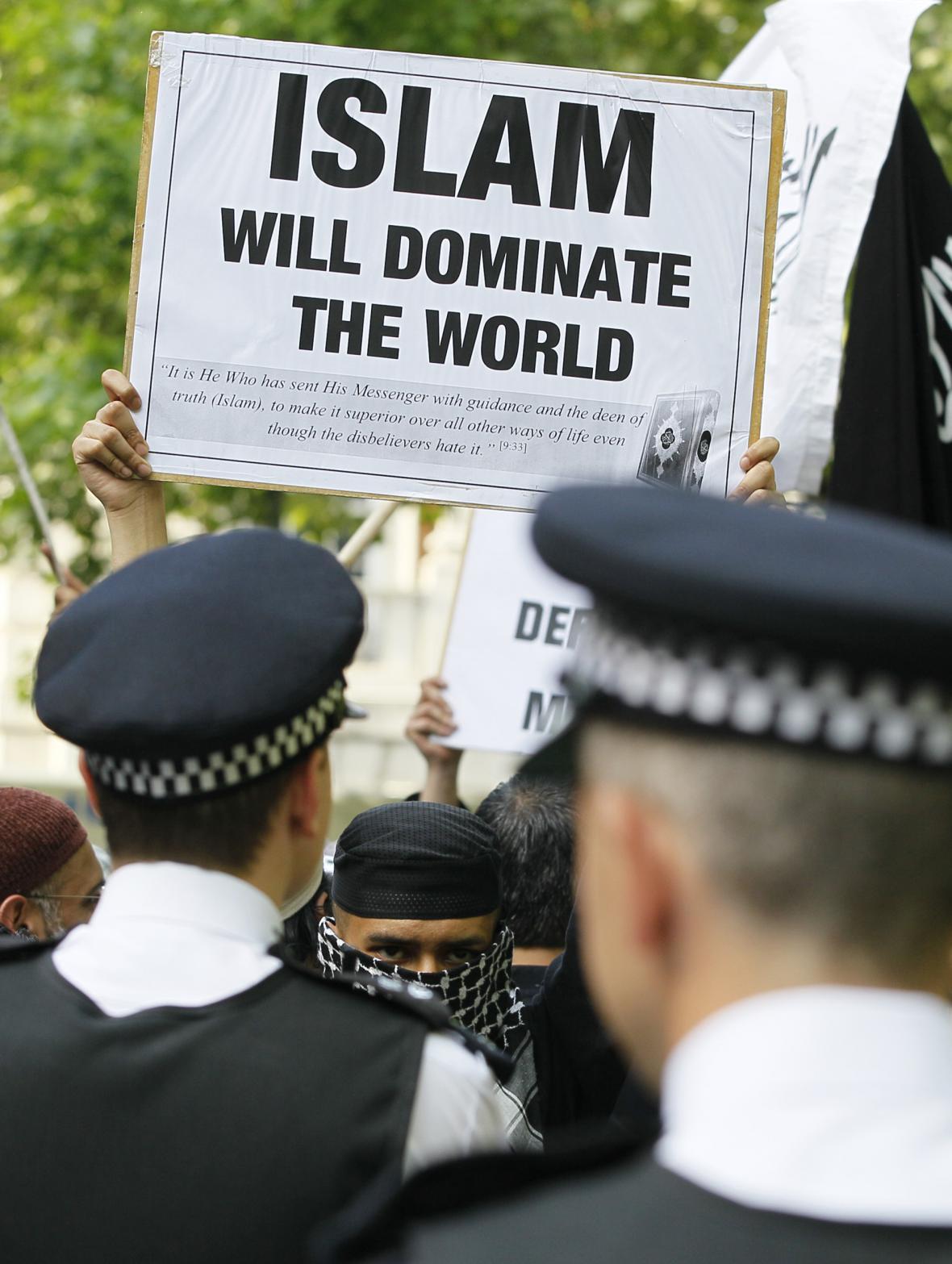 Choudary uspořádal po zabití Usámy bin Ládina protestní akci před americkou ambasádou v Londýně