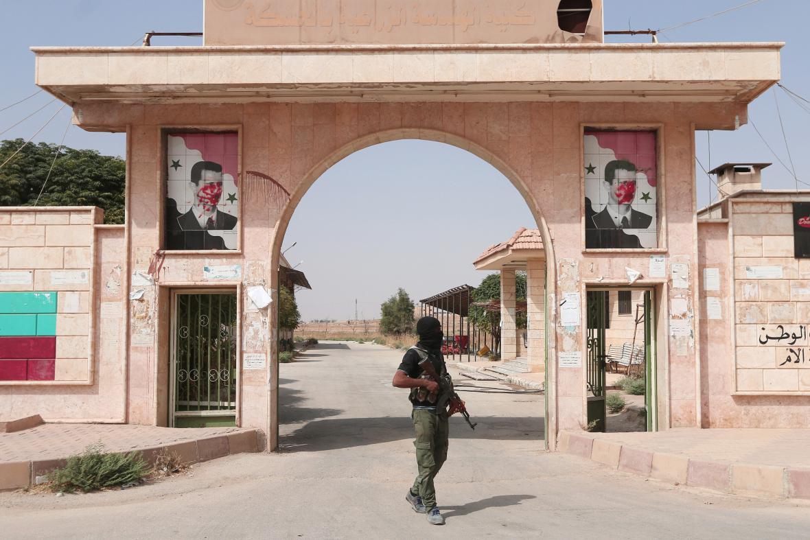 Kurdský bojovník ve městě Hasaká
