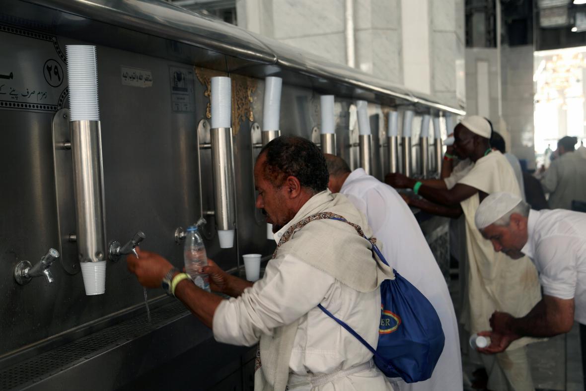 Poutníci pijí vodu zamzam ve Velké mešitě
