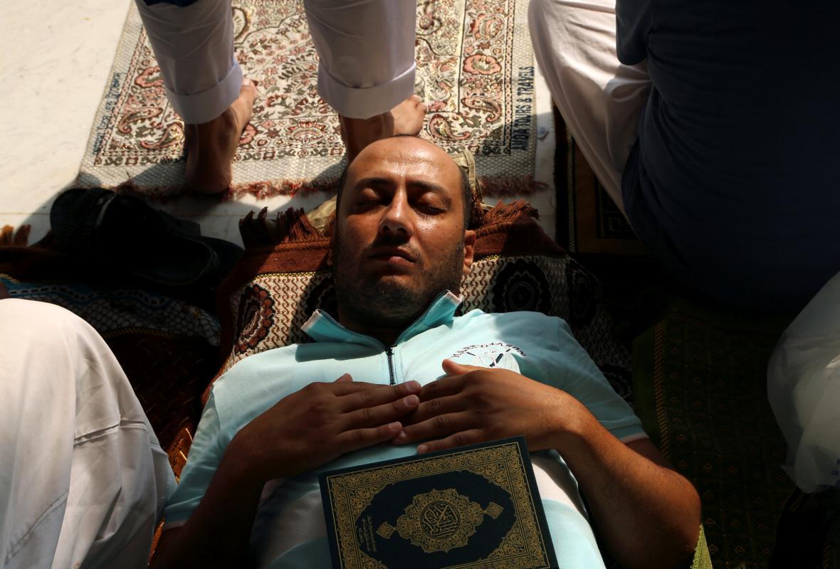 Muslim odpočívající po četbě Koránu