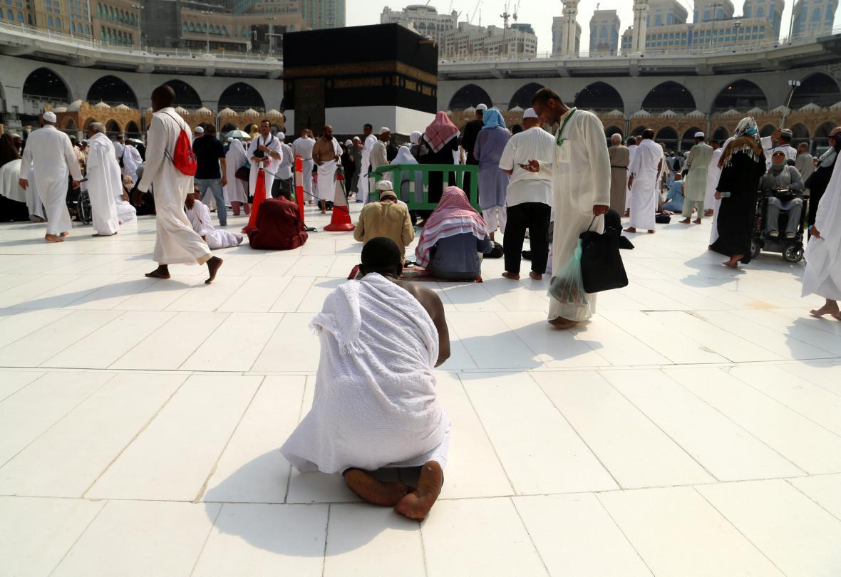 Poutníci se modlí u Velké mešity