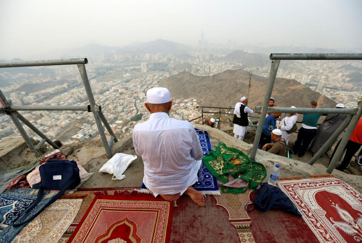 Muslimové se modlí na pahorku poblíž Mekky