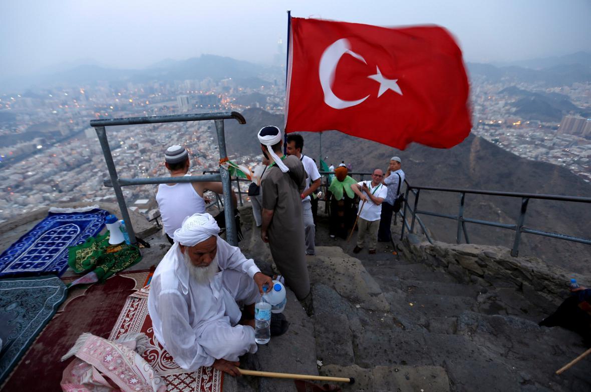 Turečtí muslimové se modlí na pahorku poblíž Mekky