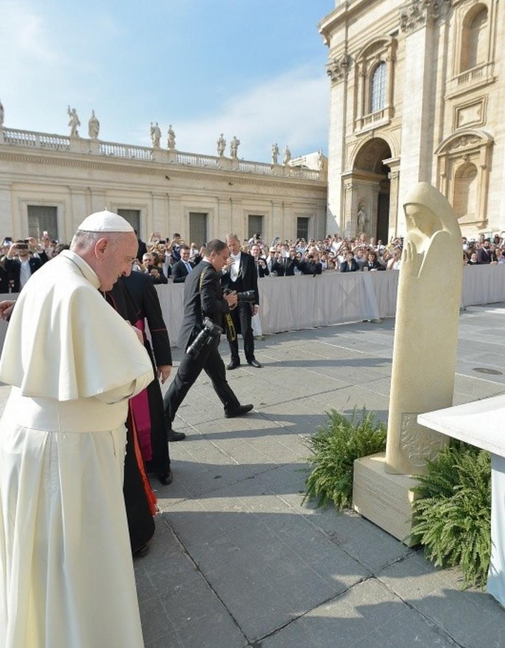 František požehnal sochu svaté Anežky