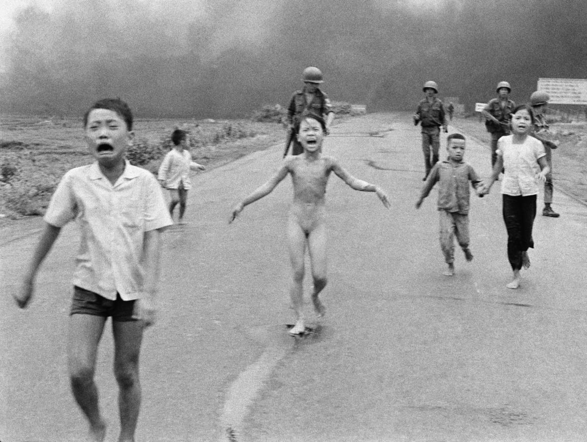 Slavná fotografie z vietnamské války, kterou Facebook nedávno smazal