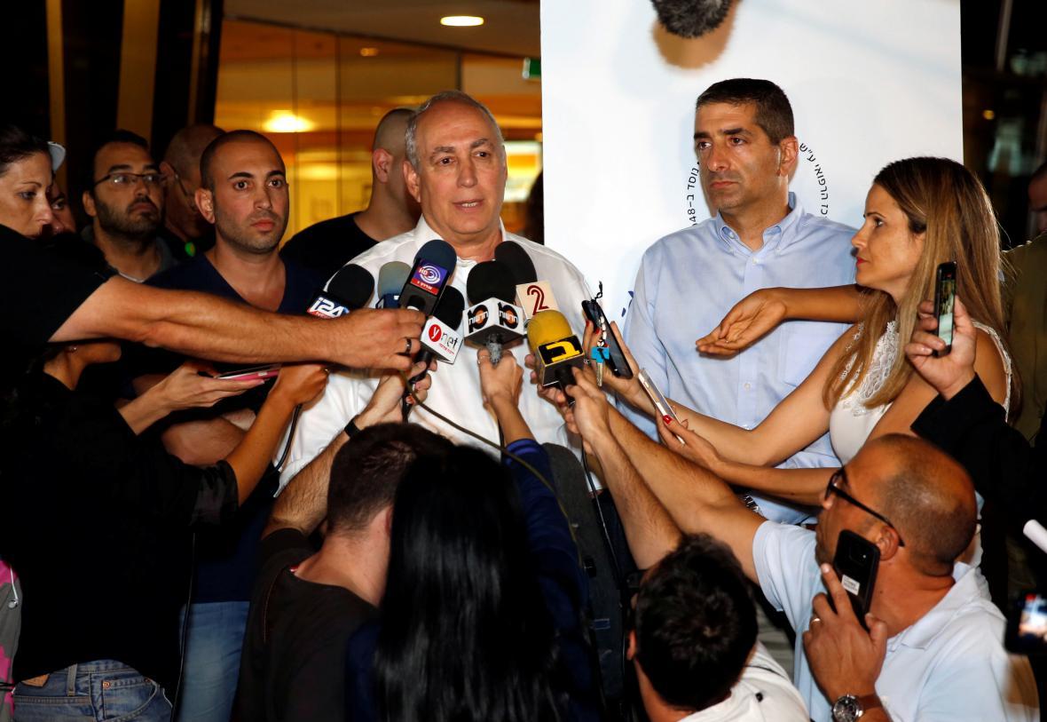 Peresův syn Chami hovoří s novináři o otcově stavu