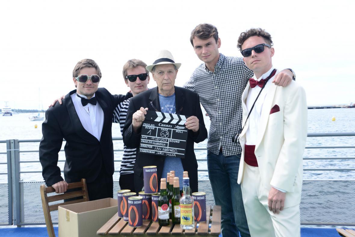 Jan Němec s herci a tvůrci při natáčení v Cannes