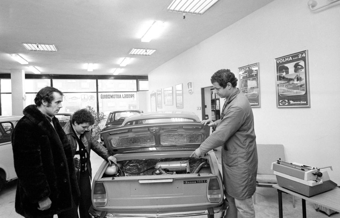 Zákazníci si přebírají novou Škodu 105 (1982)