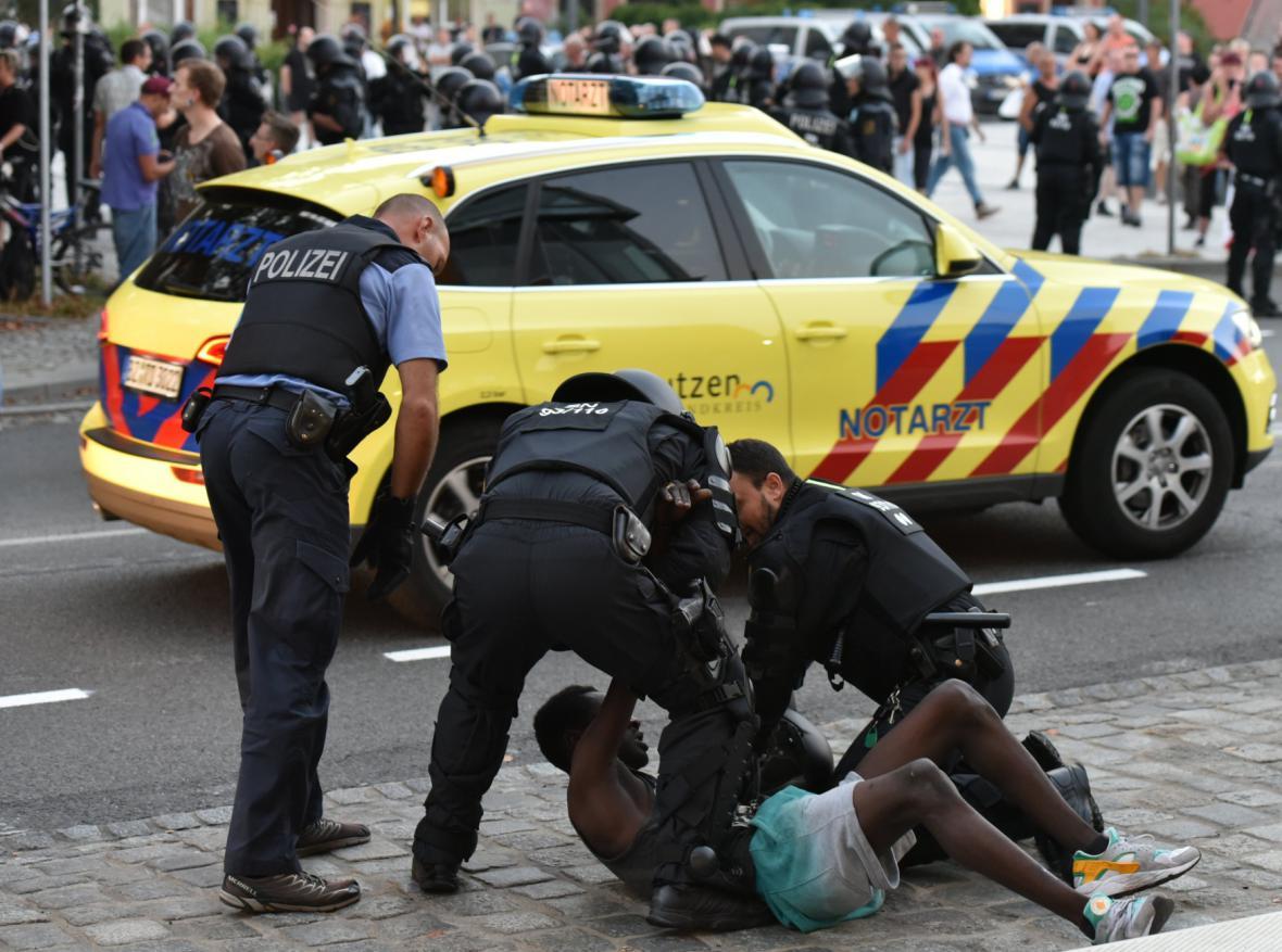 Střetu mezi pravicovými radikály a uprchlíky čelila policie v Budyšíně už v srpnu