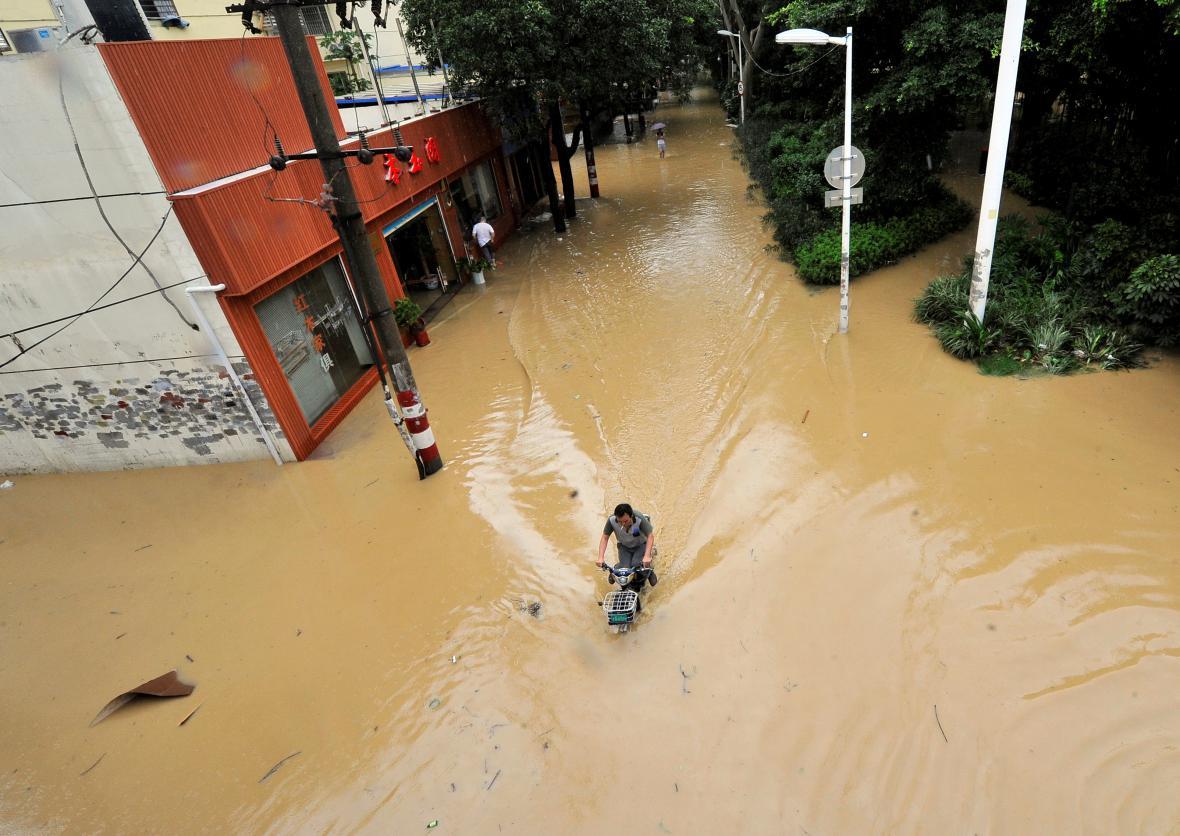 Silný déšť zaplavil ulice měst v jihovýchodní Číně