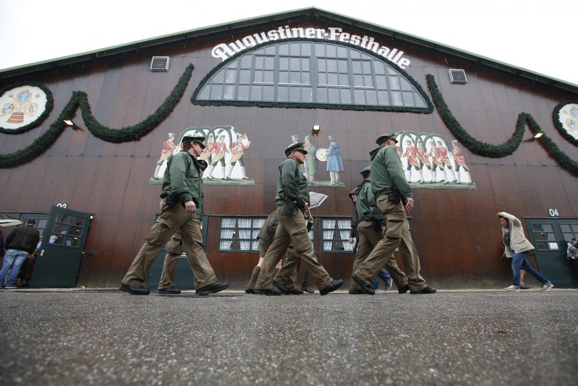 Celý areál hlídá zhruba o sto policistů více než loni