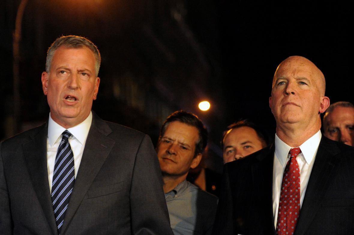 Newyorský starosta Bill de Blasio and policejní vyšetřovatel James O'Neill