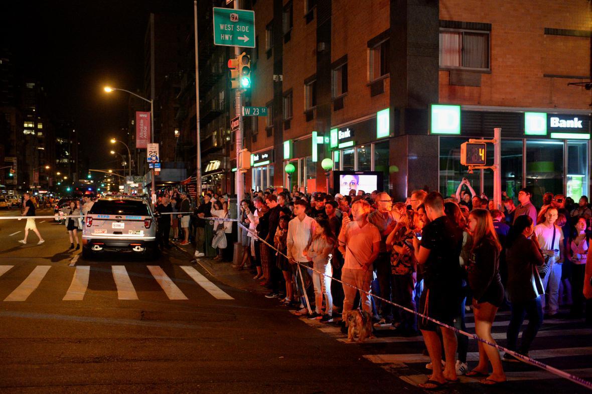 Lidé sledují dění kolem výbuchu v New Yorku