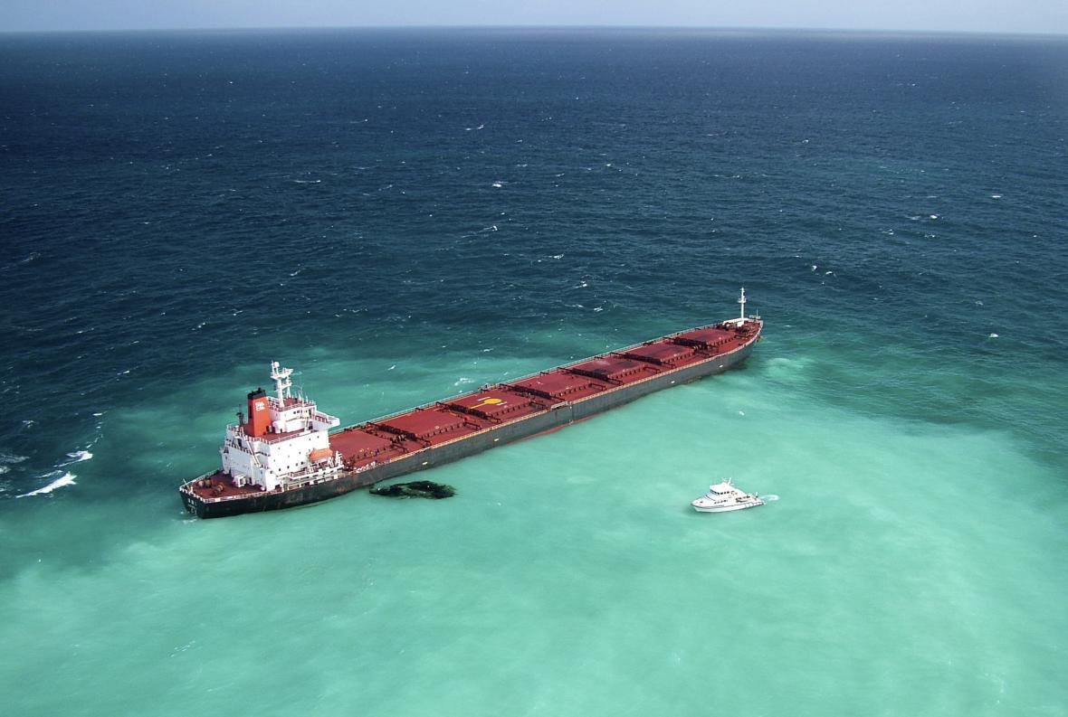 Letecký pohled na loď uvízlou na útesu