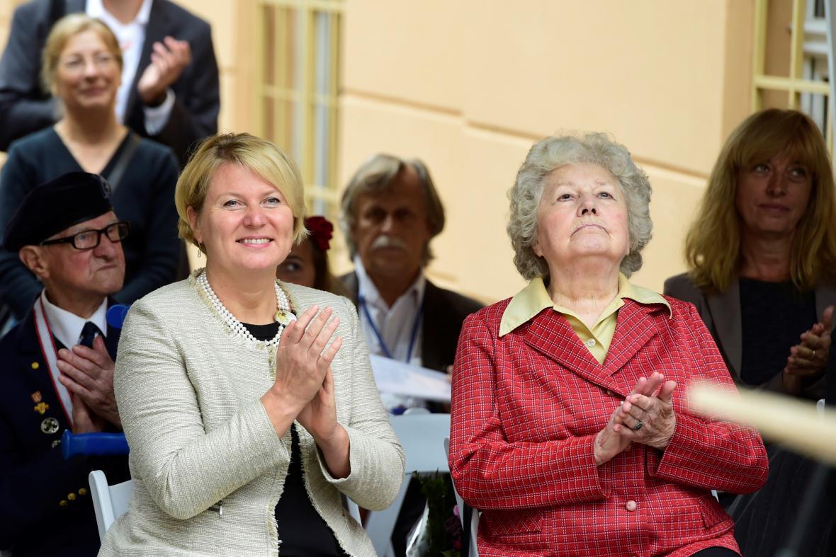 Básníkova dcera Jana Seifertová-Plichtová (vpravo v červeném)