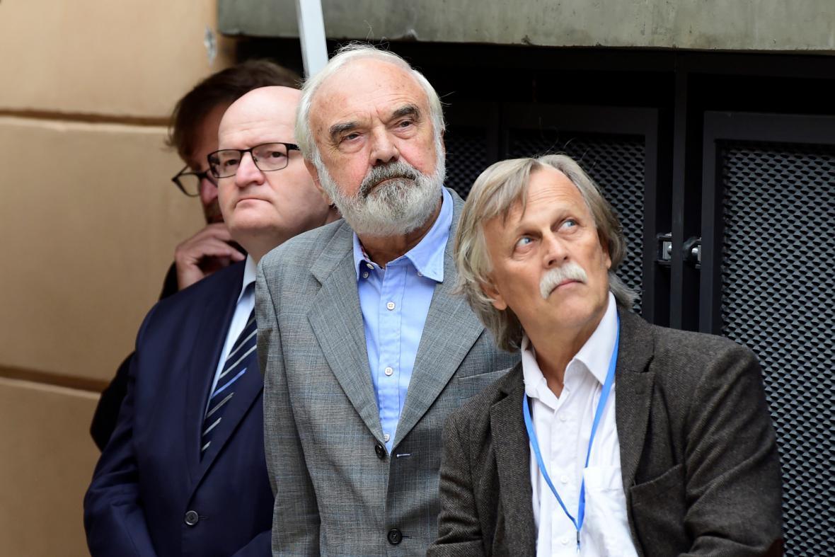 Zleva ministr kultury Daniel Herman, dramatik Zdeněk Svěrák a předseda českého PEN klubu Jiří Dědeček