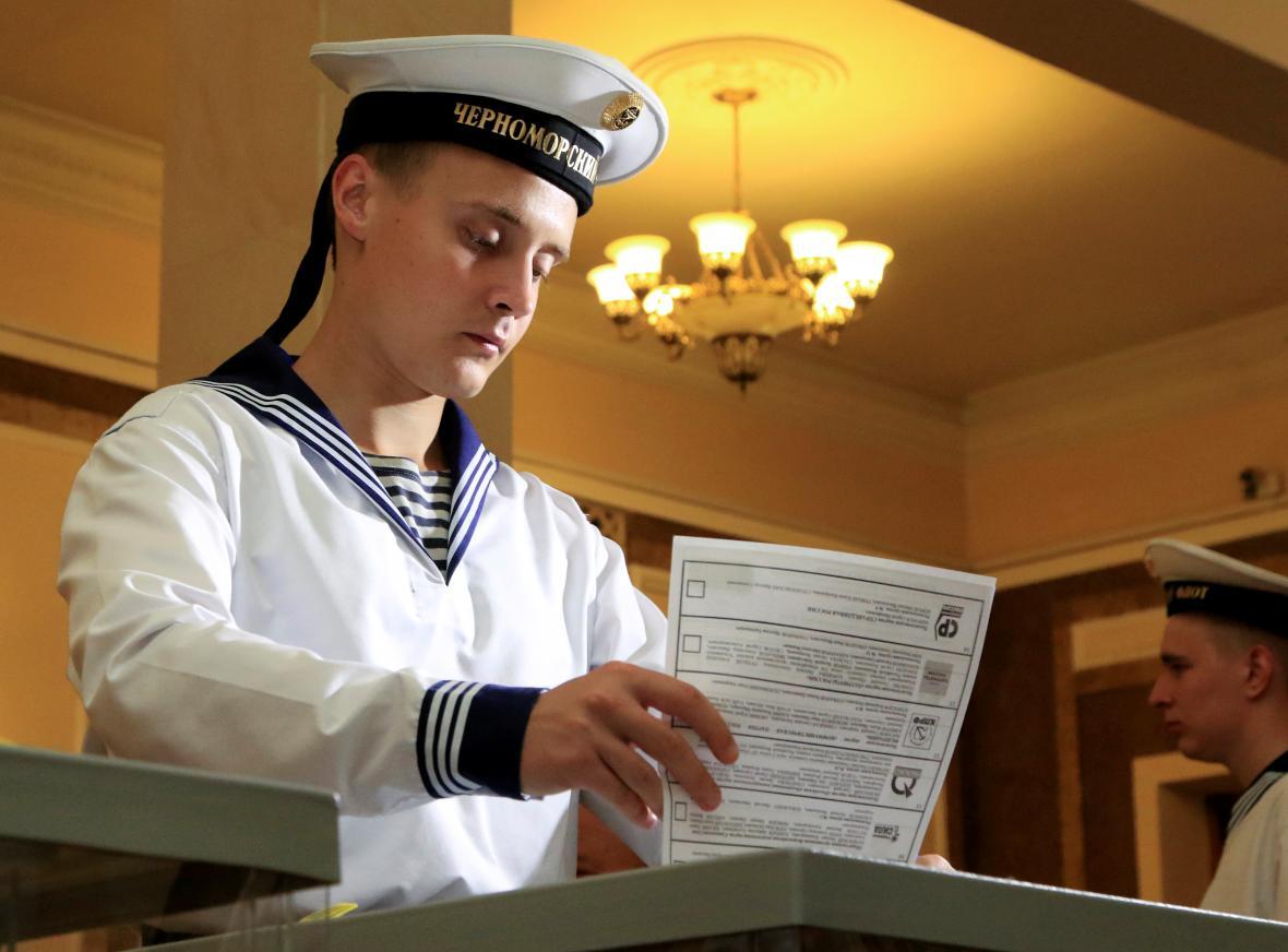 Ruský námořník volí na anektovaném Krymu