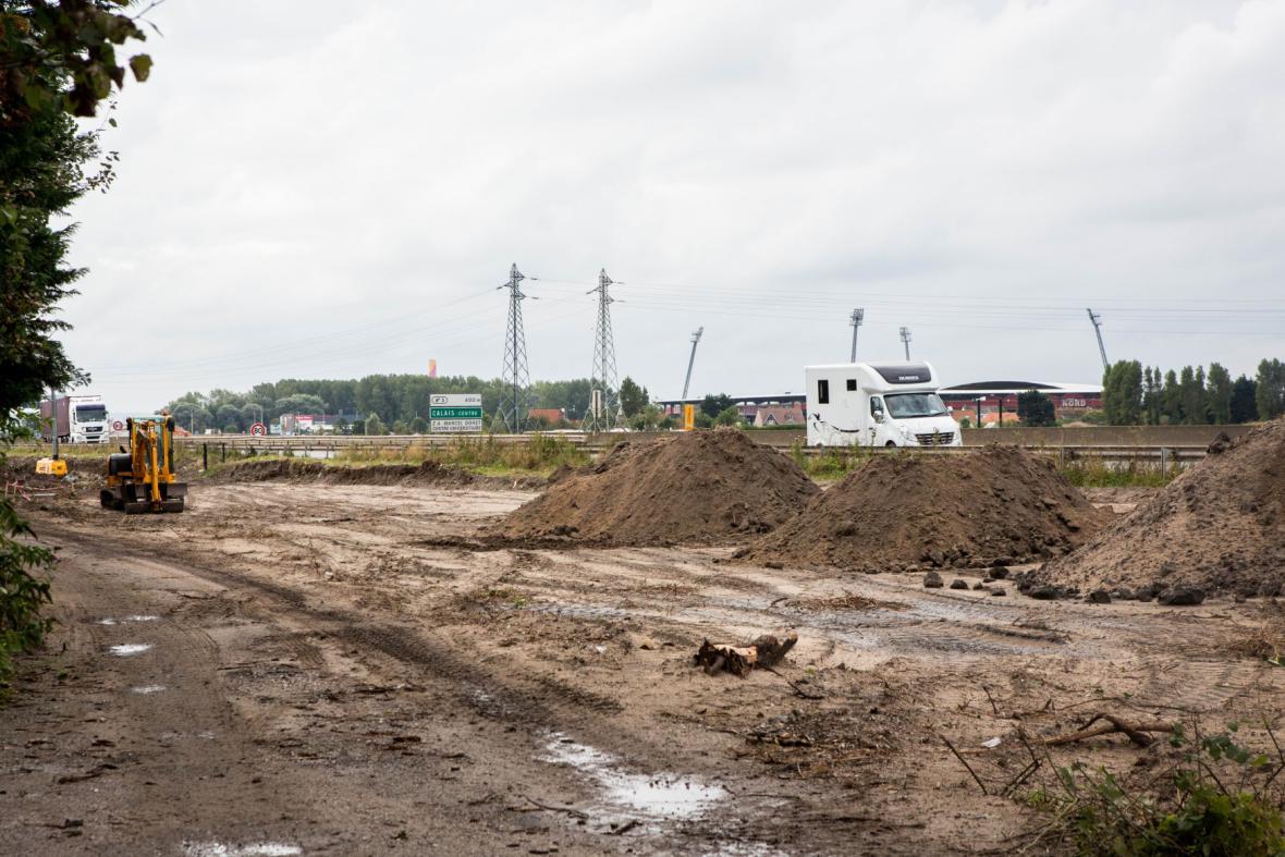 V Calais vzniká nová zeď