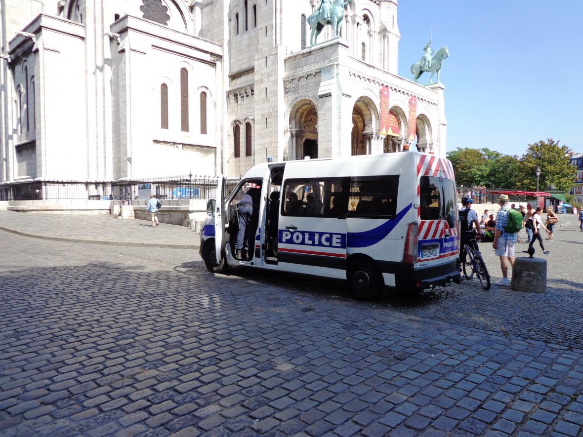 Policie hlídkuje u Sacré-Coeur v Paříži