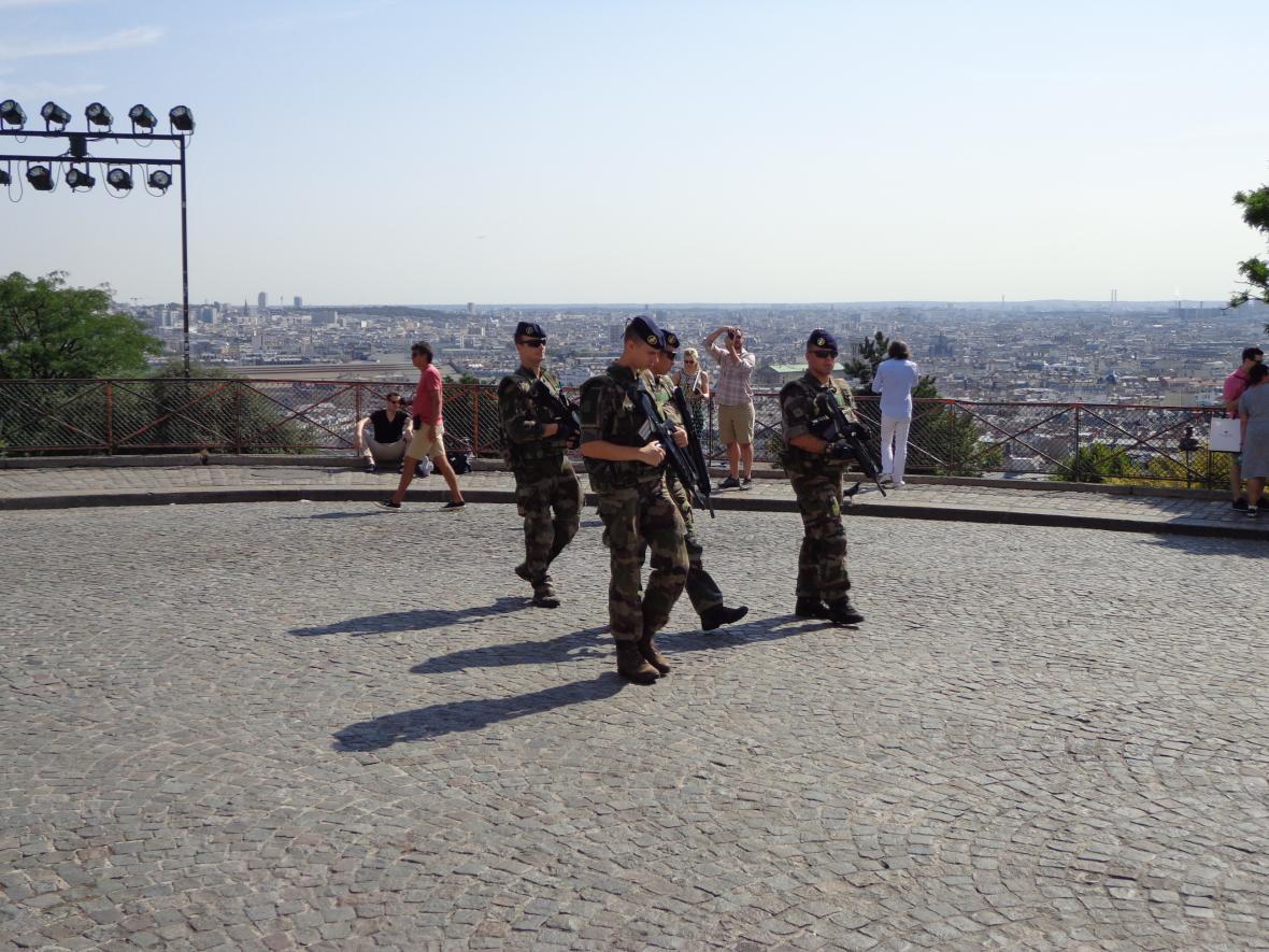 U pařížských památek jsou nasazeni vojáci