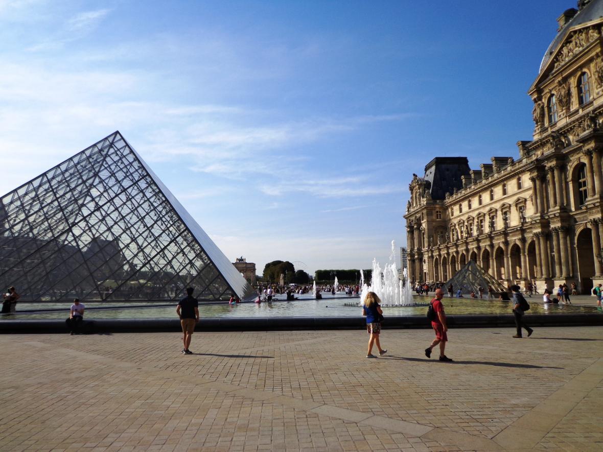 Turisté v areálu pařížského Louvru