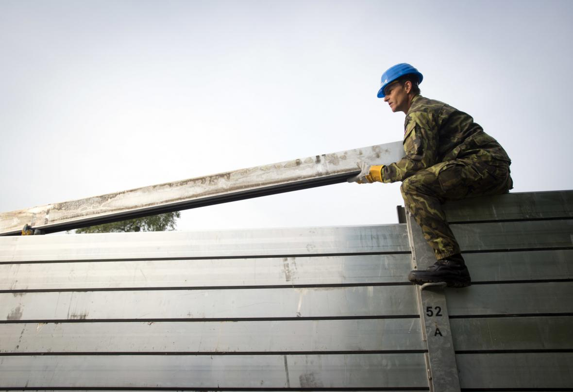 Stavba protipovodňové stěny v Holešovicích
