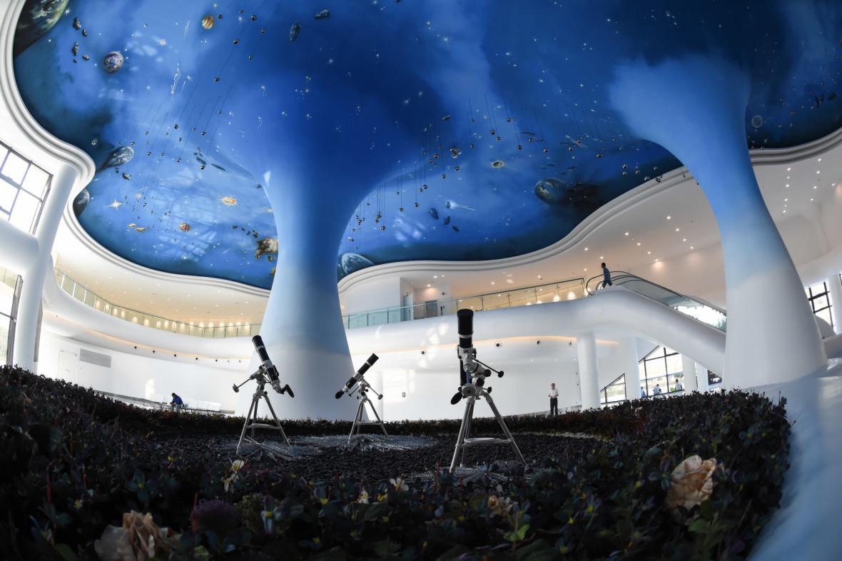 Pár kilometrů od teleskopu postavila Čína rozlehlý park s planetáriem