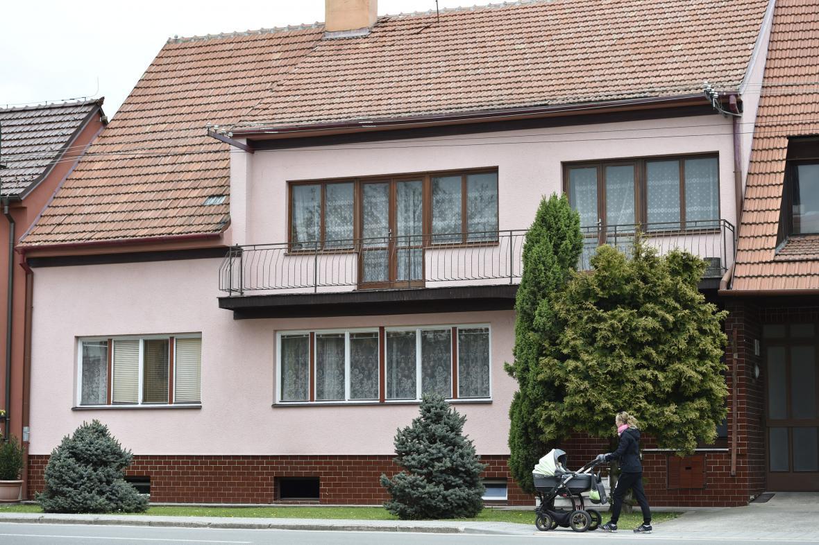 Osm výstřelů zaznělo z verandy Janečkova domu