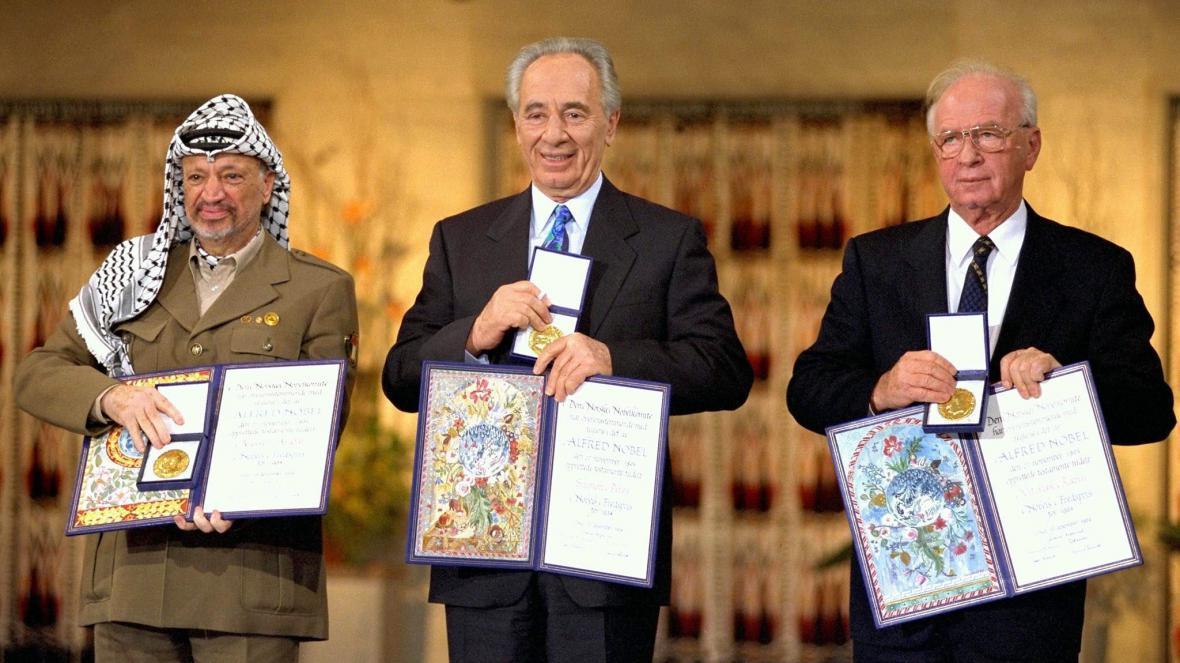 Palestinský předák Jásir Arafat, izraelský ministr zahraničí Šimon Peres a izraelský premiér Jicchak Rabin