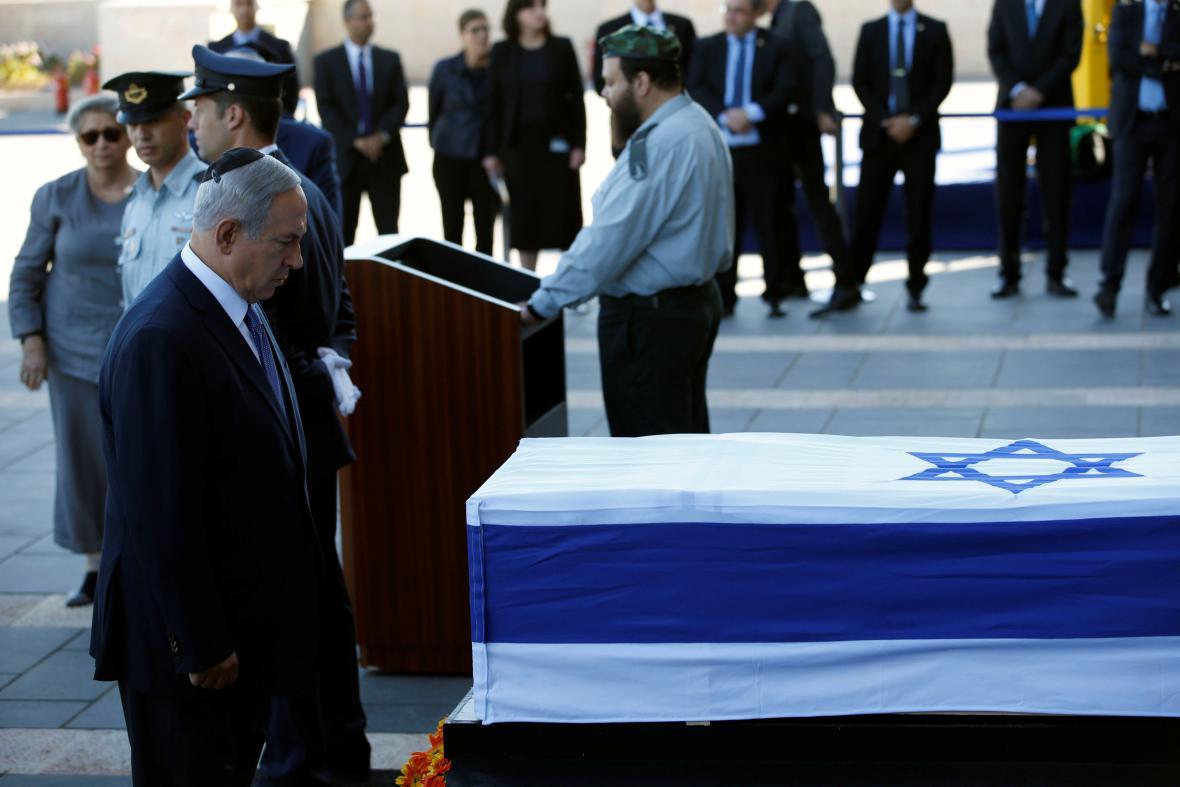 Premiér Benjamin Netanjahu u rakve s Peresem
