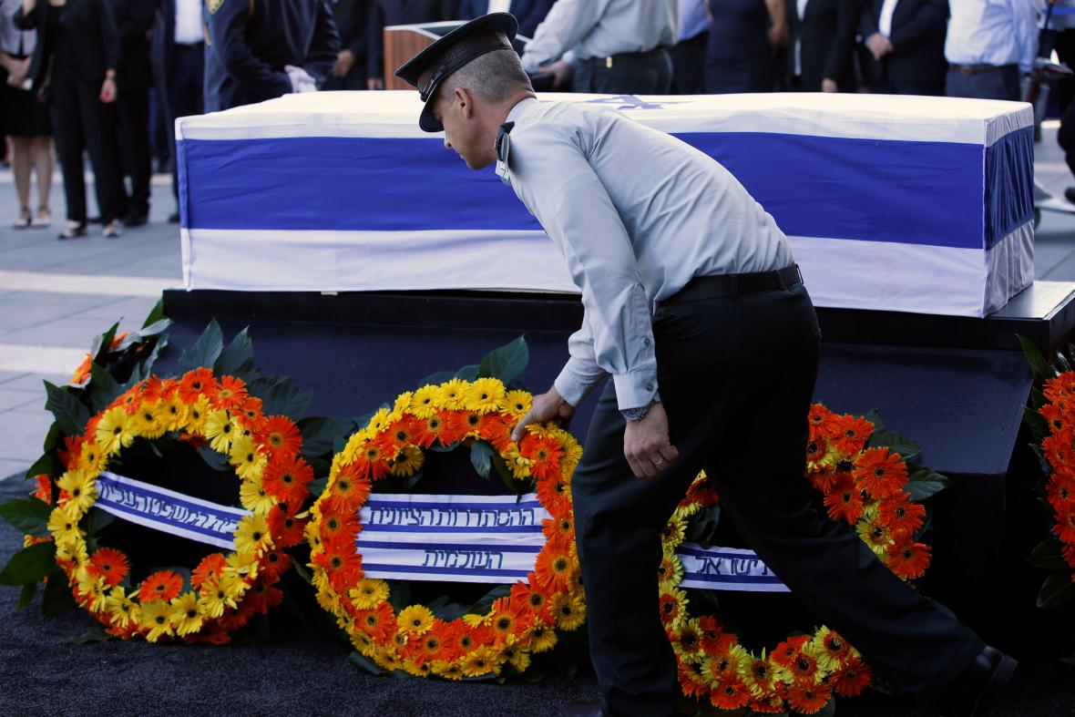 Rakev s Peresem vystavili před izraelským parlamentem
