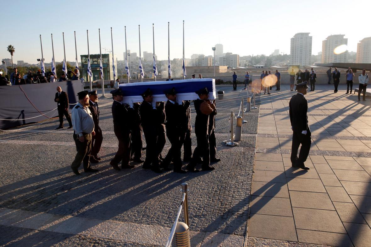 Rakev s Peresem nesla knesetská stráž