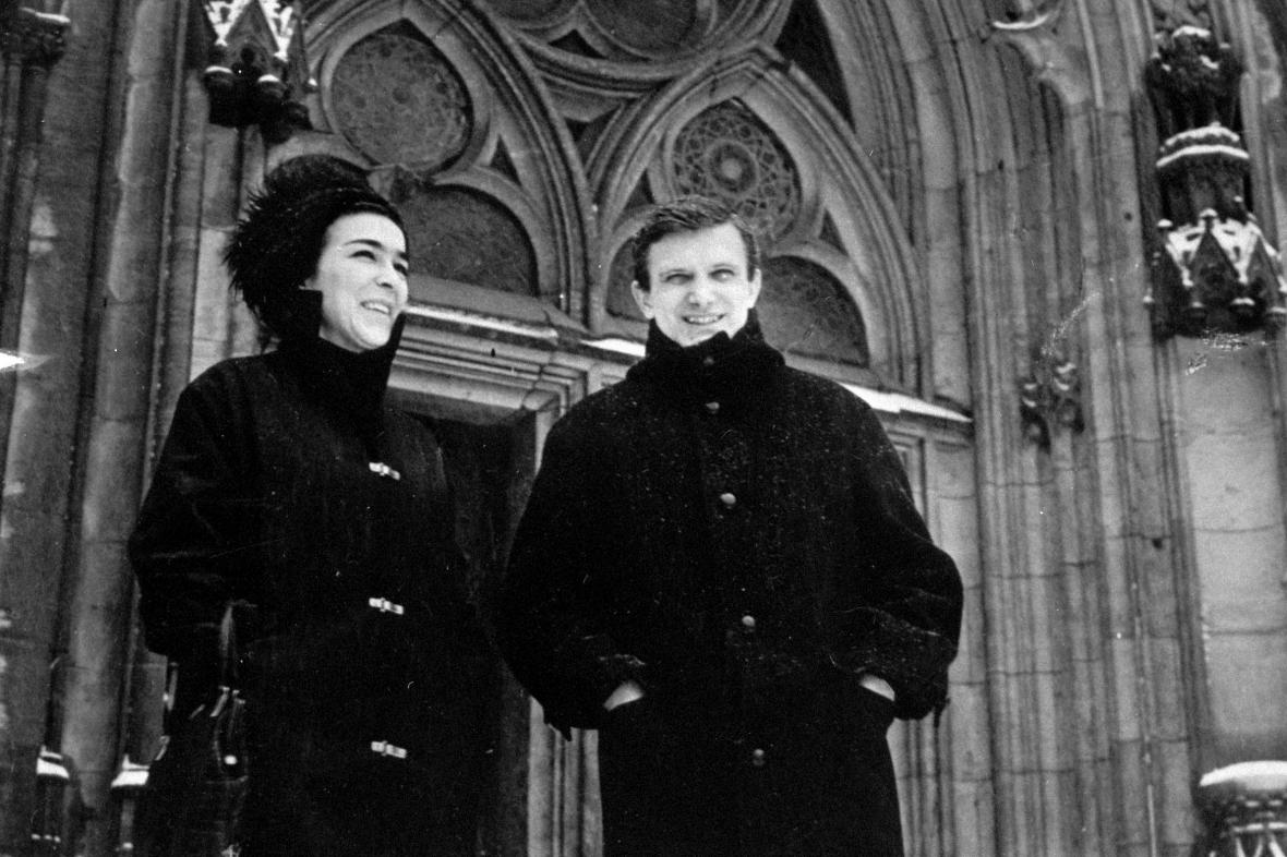 Hana Hegerová a Jiří Suchý při procházce Lipskem, 1965
