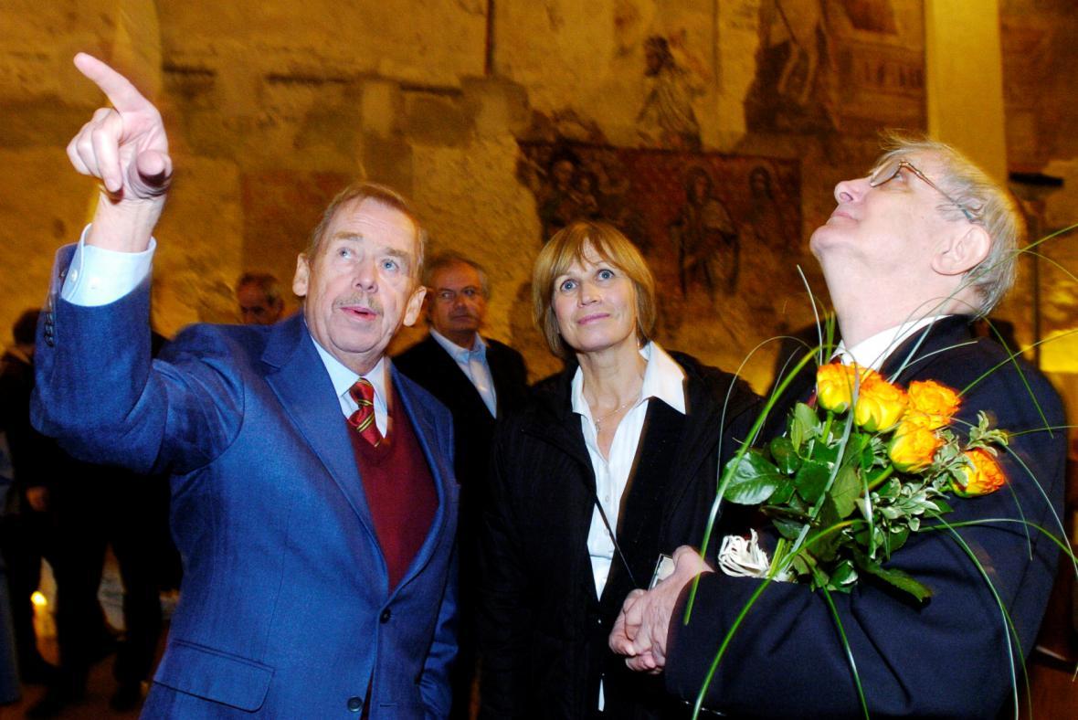 Zleva Václav Havel, Jitka Molavcová a Jiří Suchý, který právě obdržel Cenu Jaroslava Seiferta