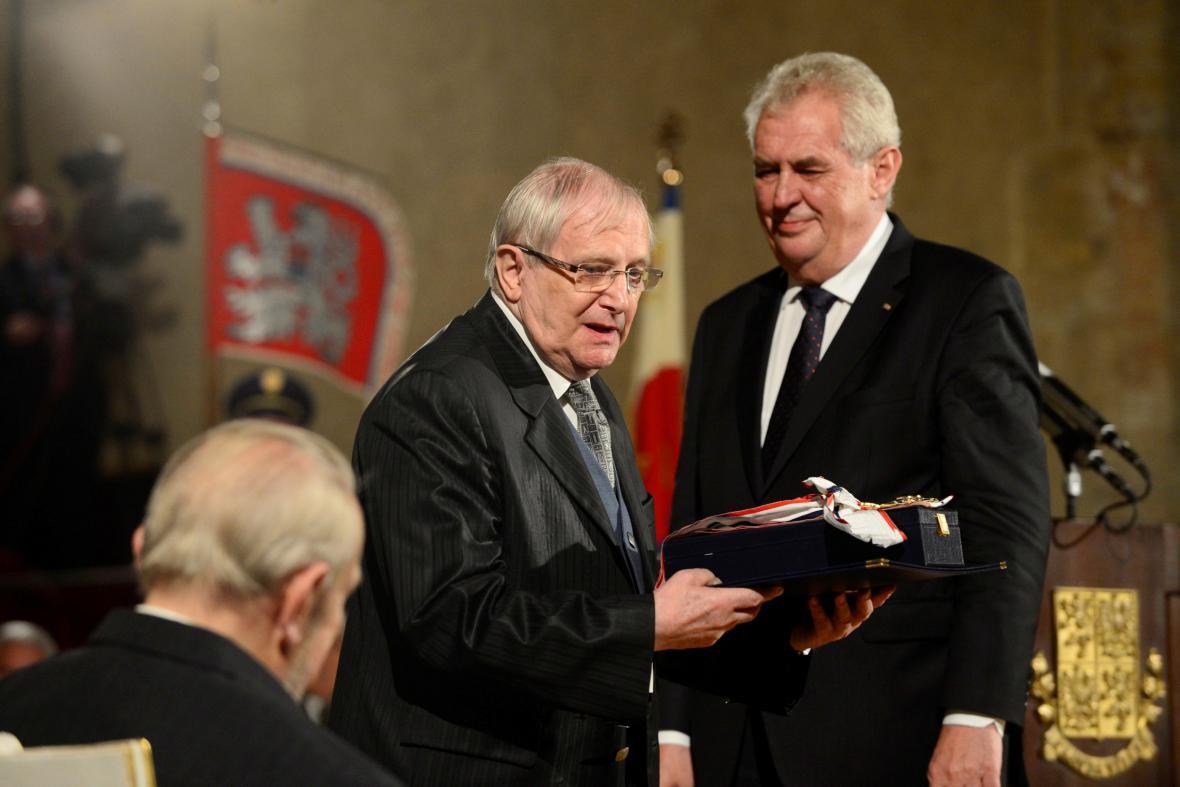 Prezident Miloš Zeman (vpravo) propůjčil Jiřímu Suchému Řád Tomáše Garrigua Masaryka, 2013