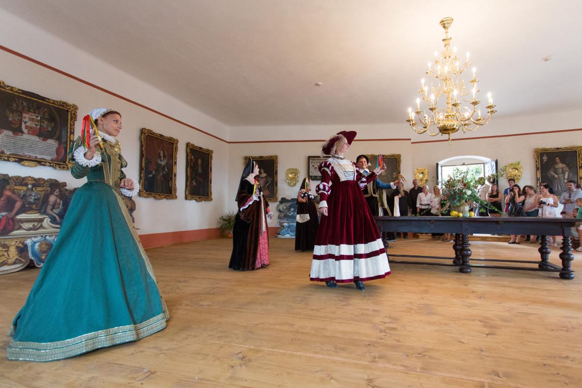 Vystoupení v dobových kostýmech před slavnostním otevřením sálu