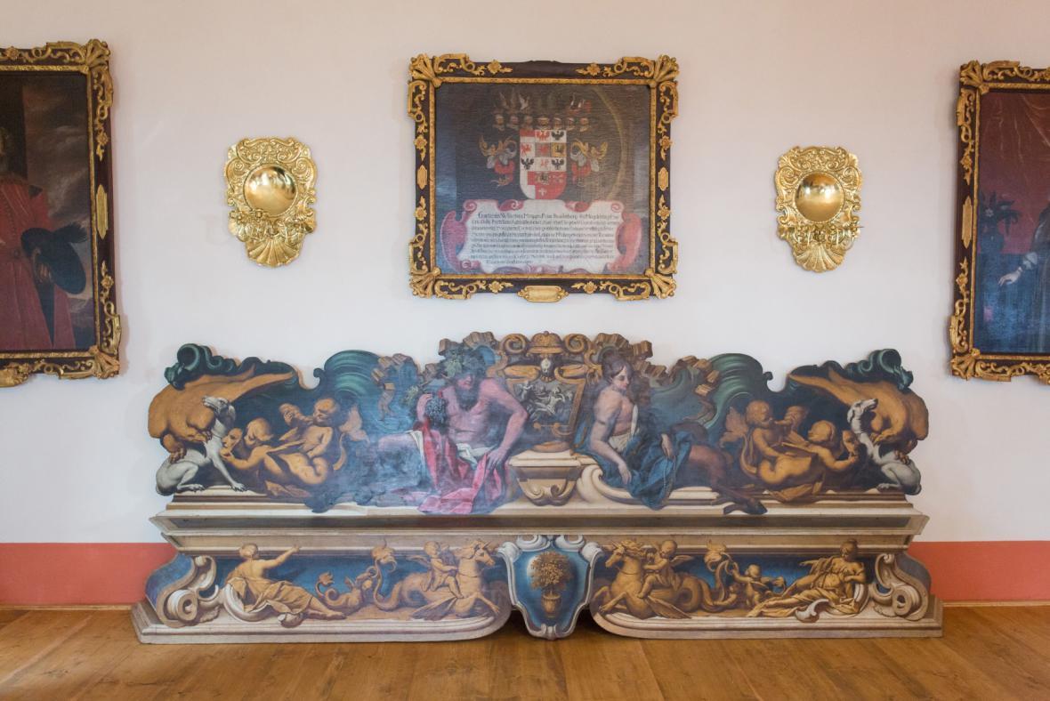 Malovaná dřevěná lavice