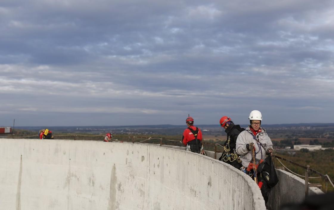 Aktivisté z Greenpeace vylezli na věž chvaletické elektrárny