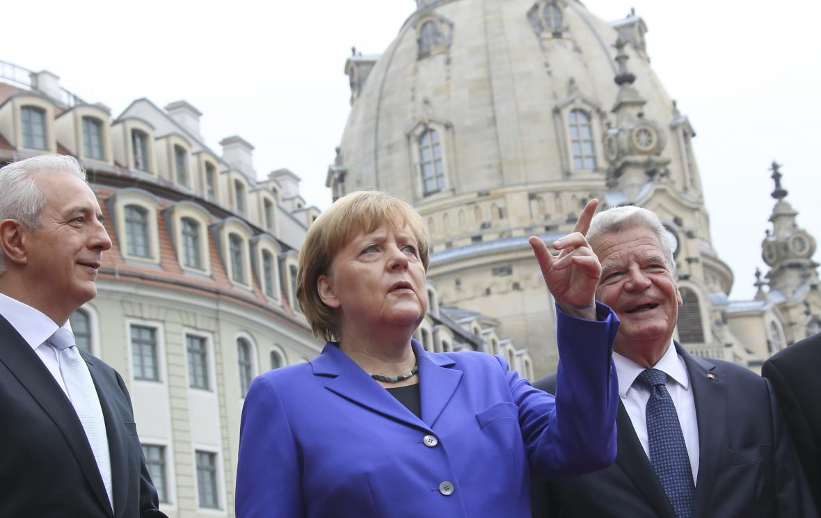 Prezident Bundesratu Stanislaw Tillich, kancléřka Angela Merkelová a prezident Joachim Gauck v Drážďanech.