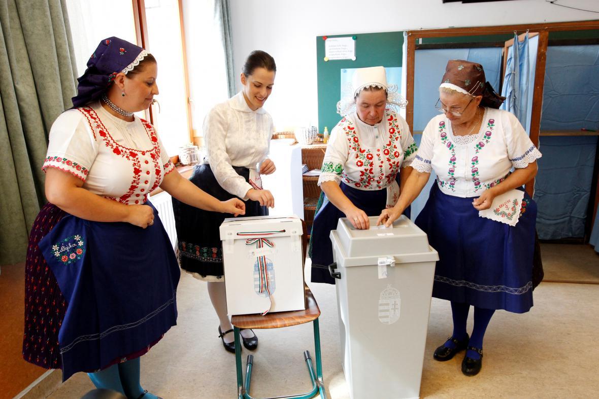 Ženy v tradičních krojích hlasují v referendu
