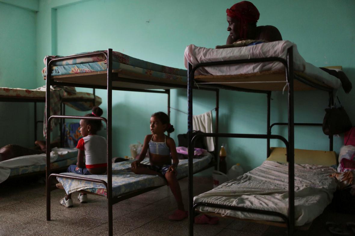 Úkryt před hurikánem poskytuje lidem i univerzita v Guantanámu