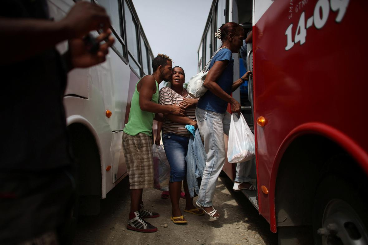 Kubánci nastupují do autobusu pro evakuaci
