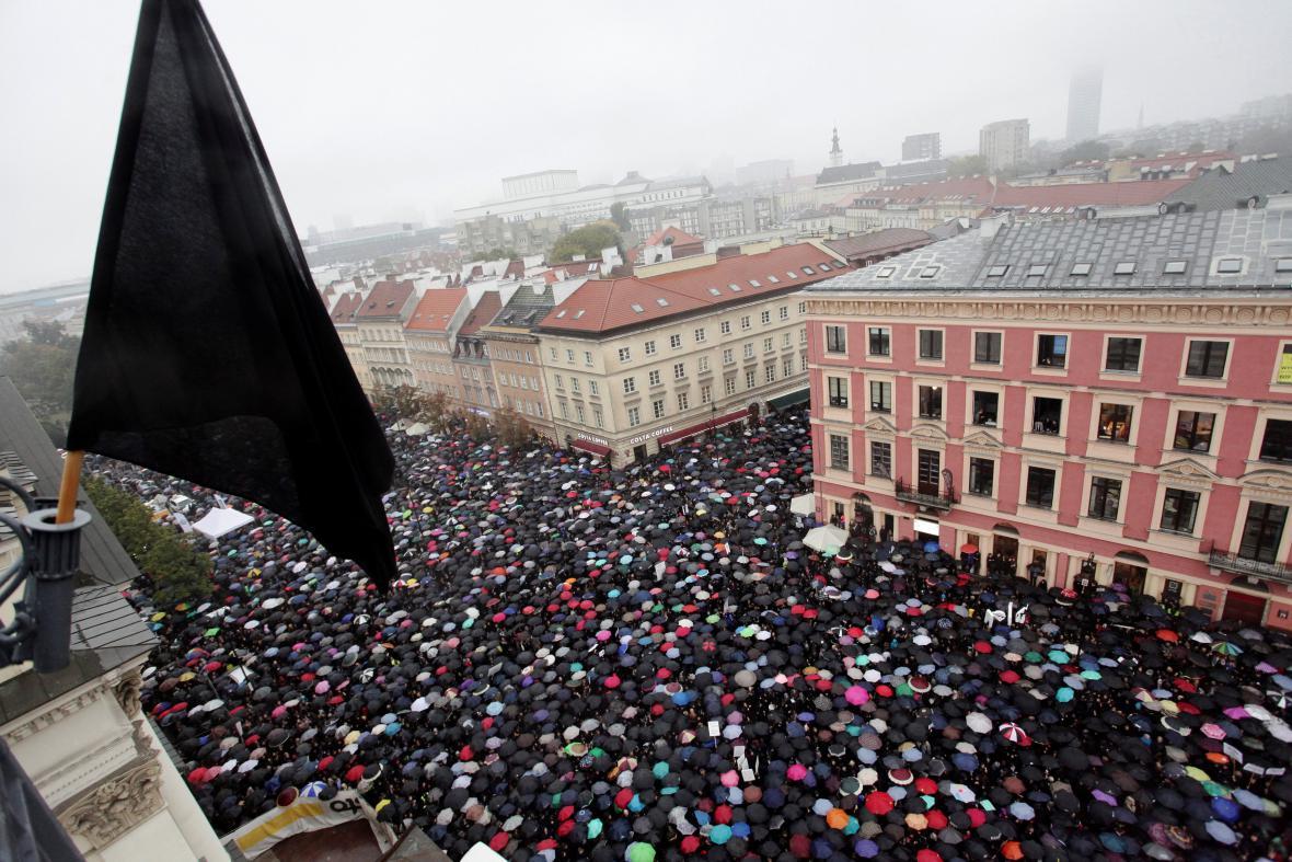 Takzvané černé protesty proti úplnému zákazu potratů v Polsku