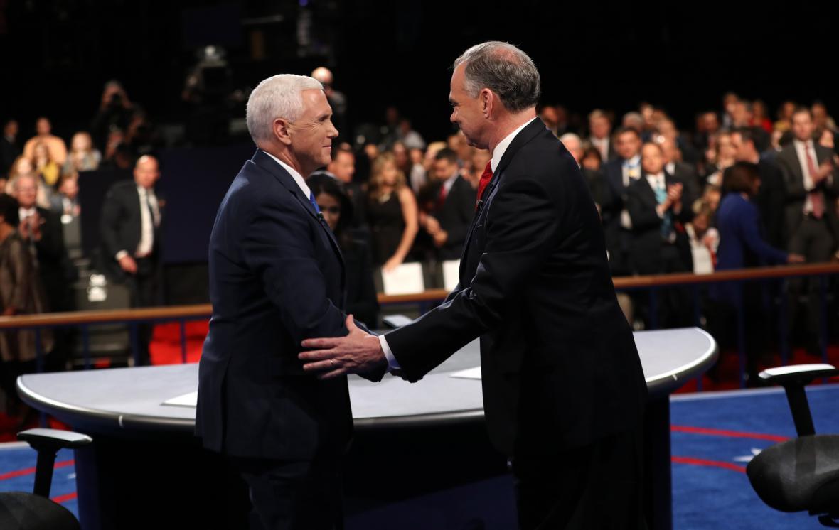 Oba kandidáti se zdraví po skončení debaty
