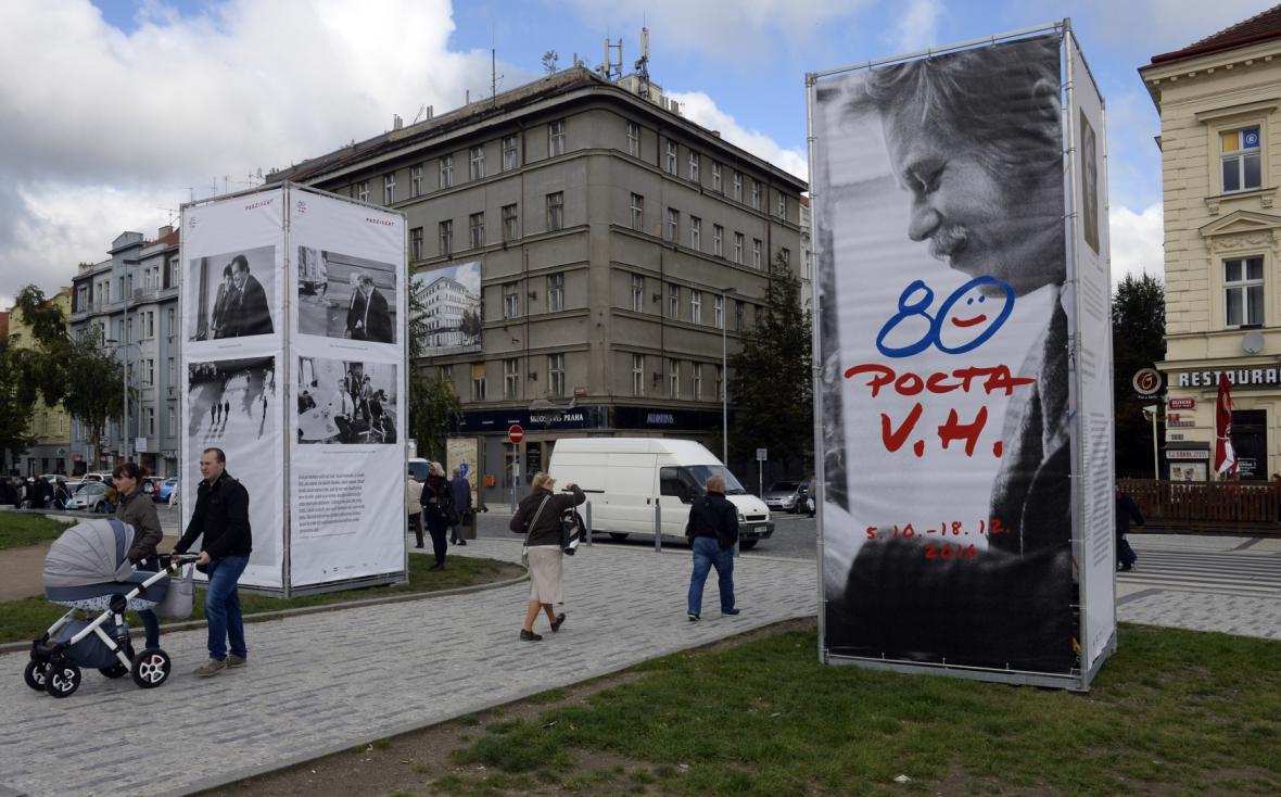 Výstava fotografií Oldřicha Škáchy v plenéru mezi Národní technickou knihovnou a stanicí metra Hradčanská v Praze.